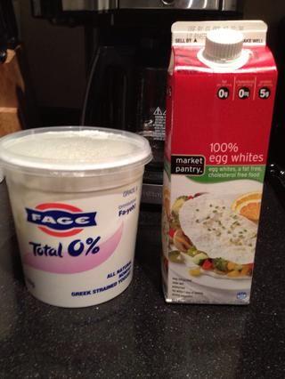 Mezclar con el yogur griego y huevos