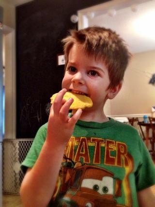 Este es mi sous chef. Él ama a estos chips de pan de maíz.