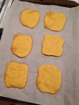 Hornee a 325 F por unos 25 minutos o hasta que los bordes empiecen a dorarse (similar a las cookies).