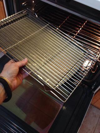Precaliente el horno a 250 °. Utilice una bandeja de cocción sobre una bandeja de horno o jalea cacerola del rodillo en el horno. Va a poner rebanadas fritas aquí para mantenerse caliente y fresco hasta la hora de servir.