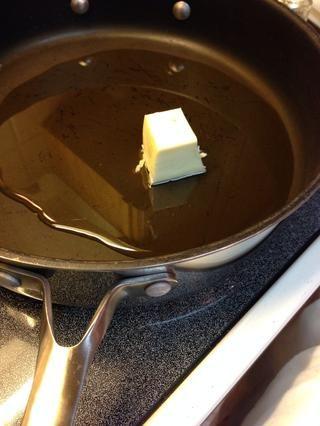 Me gusta usar una sartén cara recta y sólo una fina capa de aceite y la mantequilla para freír.