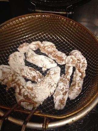 Coloca el pollo en el aceite caliente. Asegúrese de que el aceite es suficiente para cubrir el pollo. Cocer durante unos 07/09 minutos. Si se utiliza una freidora, ajuste el calor a 170 • c.