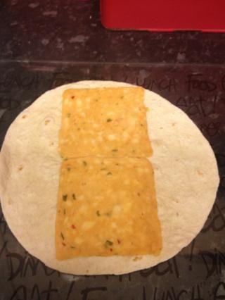 Añada sus rebanadas de queso a la tortilla. Elijo queso picante mexicana. Increíble desde Islandia.