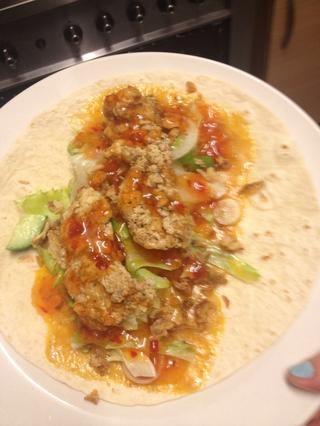 Añadir 2-3 piezas crujientes de pollo y hasta salsa de chile dulce que quieras!