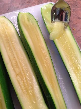 Saque cada mitad y guardar. (Ello's best to use these young smaller zucchini as their seeds are tiny and tender.