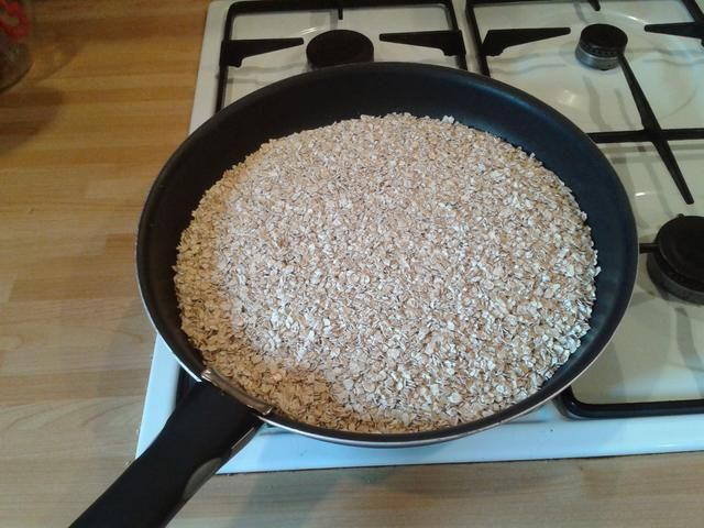 Vierta la avena en la sartén seca y poner a fuego medio.