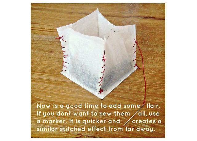 Ahora es un buen momento para añadir algún instinto ... he usado un látigo suelta puntada y puntada manta para mis linternas. También puede utilizar un marcador para crear un efecto similar si usted no quiere a coser todos los bordes.