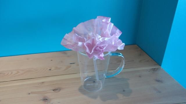 Coloque las flores en una taza de cristal ...