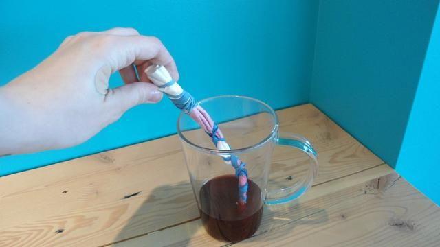 Sumerja las secciones del filtro envuelto en su té llena.