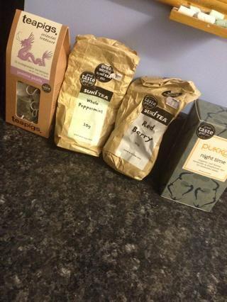 Escoja su té! Puede utilizar la hoja o bolsitas de té sueltas.