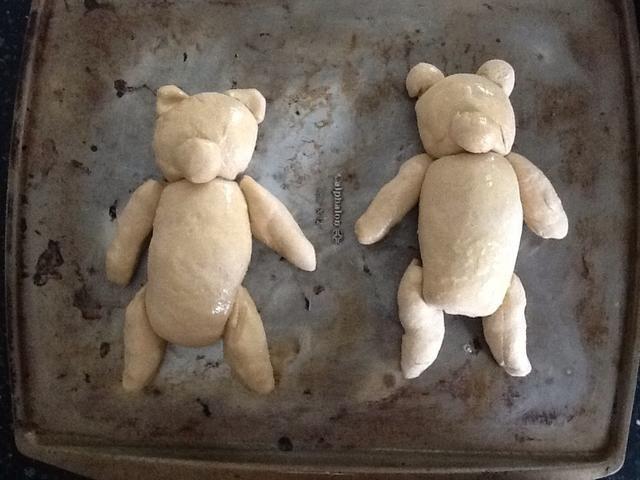 Hacer segundo oso del resto de la masa. Coloque las dos osos en una bandeja para hornear. Masa de mantequilla o rocíe con aceite en aerosol antiadherente. Cubra con papel plástico y dejar leudar 30 a 90 minutos.