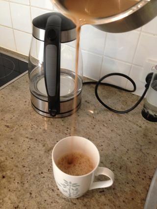 Tire el té transfiriéndolo a la taza de la olla de un nivel superior, repita como se alcanza la consistencia deseada