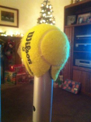 Deje los tapones de goma fabricante y tirar la pelota de tenis sobre la pierna.