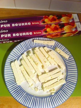 Cortar el queso en tiras. Cada tira de aproximadamente 1 centímetro (0,5 pulgadas) de ancho y 2,5 cm de largo (1 in). Reserva que