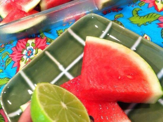 Retire la sandía de jarabe, y coloque en un plato. Exprimir las limas más de melón ...