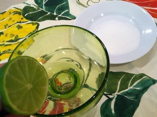 Yo estaba tan enamorado de la forma en que el tequila tan fácilmente pares con la dulzura de la sandía, que hice esto para desierto --- Tequila sorbete. Frote el borde de un vaso de margarita con una rodaja de limón.