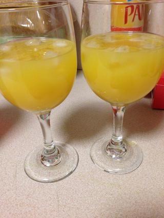En un vaso poner hielo, tequila y jugo de naranja, luego inclinar el vaso y lentamente vierta 2 chorritos de granadina a lo largo del borde de la copa. Asegurarse de que va directamente a la parte inferior.