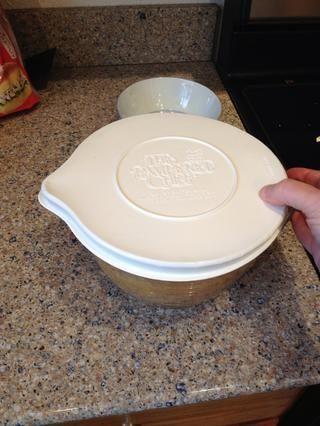A continuación, poner una tapa sobre el recipiente, o algún papel plástico y poner en nevera para marinar la carne durante al menos una hora.