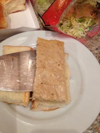 Tome una empanada y lo puso en el pan ...