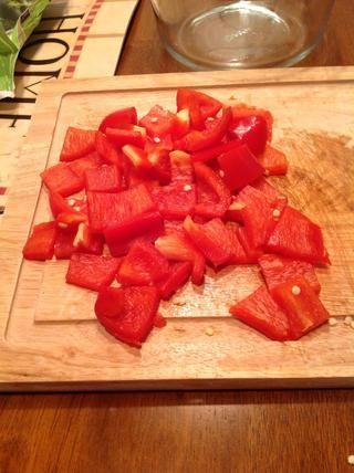 Cortar las verduras para arriba. En la foto, el pimiento rojo después de su sido picado.