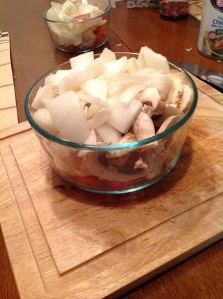 También picar el 1 cebolla blanca y hongos (s) sobre los 4 enteros. Colocar en un bol y dejar de lado para más adelante.