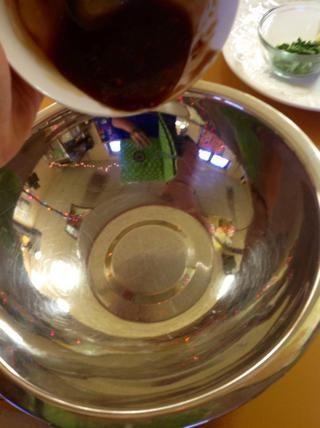 Vierta la salsa teriyaki restante en un tazón grande.