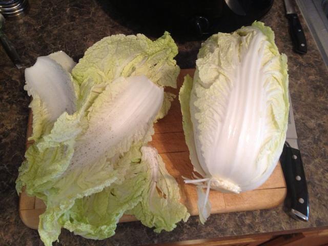Corte las hojas exteriores de la col napa y descarte.
