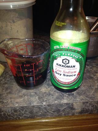 Mida 1/2 taza de salsa de soya baja en sodio reducido.