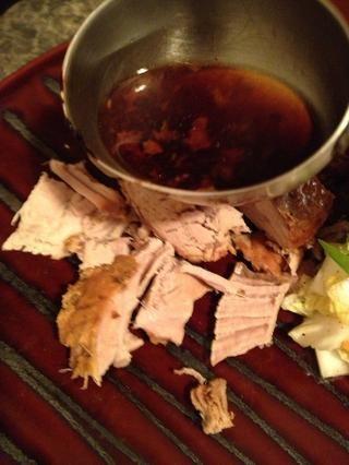 Tome un poco de la salsa de la olla de barro y la llovizna sobre su porción.