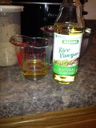 Mida vinagre de arroz 1/4 taza.