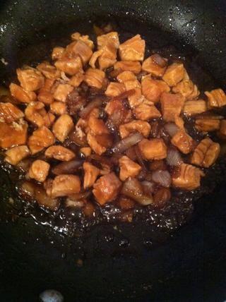 Añadir en su salmón, revolver y cocinar durante diez minutos. Una vez 10 minutos han pasado, apagar y dejar de lado