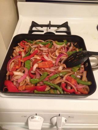 Saltear las verduras durante 10 minutos y asegúrese de que doesn't burn.