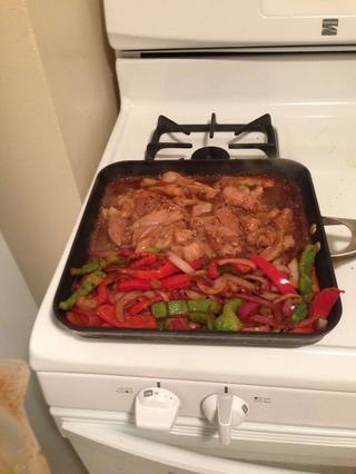 Cocine el hasta que se haga el pollo. (Debe ser alrededor de 3-4 minutos de cada lado)