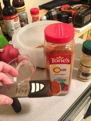Añadir 1 cucharadita de chile en polvo a la mezcla. Yo suelo poner una cucharadita adicional, pero yo estaba haciendo para alguien que puede't really handle spices. -)
