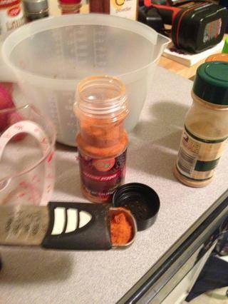 Añadir 1 cucharadita de pimienta de cayena a la mezcla. Una vez más, Yo suelo añadir 2 cucharaditas.