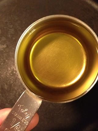 Añadir el aceite de maíz 1/4 taza a la sartén