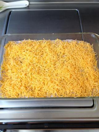 Espolvoree queso cheddar en la parte superior de la mezcla.