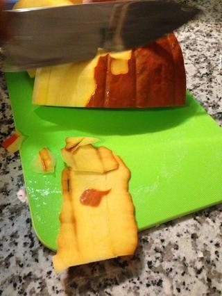 Pelar la calabaza con un Chef's knife or peeler if preferred
