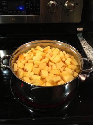 Coloque la calabaza en dados en la olla con el jengibre, el ajo y la cebolla, una vez que son translúcidos y añadir agua suficiente para cubrir la calabaza. Brin a ebullición a fuego lento hasta que la calabaza esté suave (25-30 minutos)