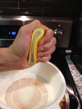 Apriete en el limón, agregar la pasta de chile, miel cruda o néctar de agave, sal marina, pimienta de cayena, salsa de pescado y jarabe de arce