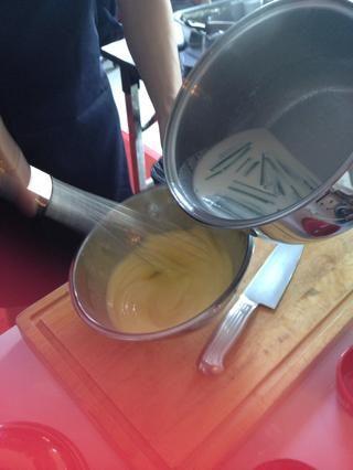 Mantenga batiendo y añadir la mezcla de leche un poco a poco (temple) nunca dejar de batir o u'll get scramble eggs.