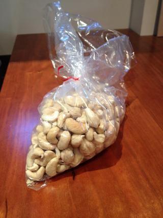 Una bolsa de anacardos crudos se puede agregar cerca de la final de la cocción de curry de mango.