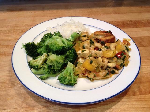 El producto terminado: tailandés tofu Mango curry servido con arroz basmati blanco y brócoli al vapor. Sirve 8 personas. Grande para las sobras del día siguiente.