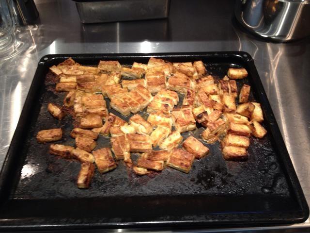 Picar los tres bloques de tofu en pequeños rectángulos. Rocíe el aceite y tamari al tofu. Espolvoree ambos lados con levadura nutricional. Tofu Broil. Voltear cuando la luz de color marrón en un lado.
