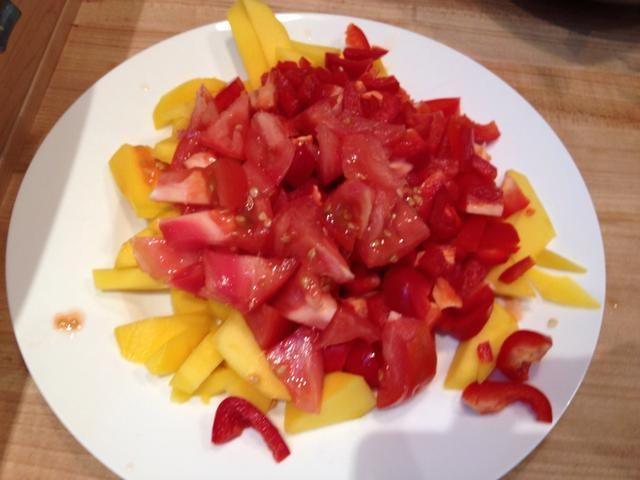 Picar 2-3 pimientos rojos. A veces añado en los tomates también. Puede acumularse el mango, los pimientos y el tomate juntos porque todos van en la bandeja al mismo tiempo.