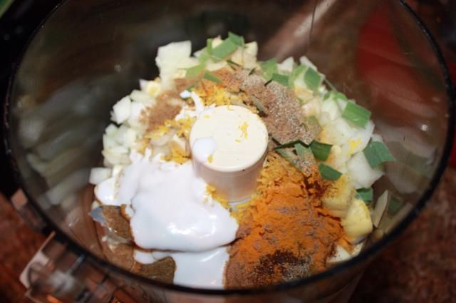 Coloque todos los compuestos aromáticos en un procesador de alimentos, junto con dos cucharadas de leche de coco