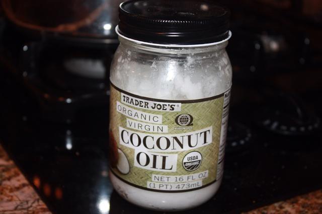 Coge un poco de aceite, he usado el aceite de coco, pero el uso lo que tengas
