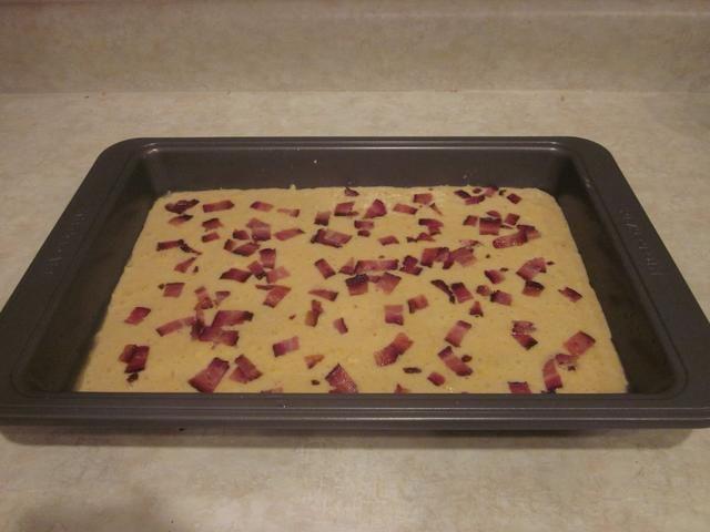 Añadir los trocitos de tocino mediante la difusión de ellos en la parte superior de la mezcla. No más de comer el tocino !!!! Guárdalo para el pan !!! si tu're really cool you can make a design out of the bacon... Express yourself