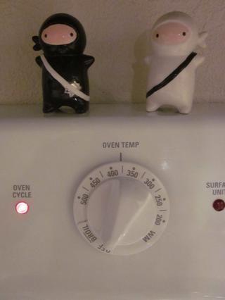 Pre calentar el horno a 375.2517 grados. Por favor, asegúrese de que usted invierte en la guarda saleros ninja para proteger sus ajustes de temperatura de ser manipulado!