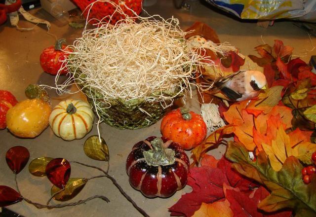 Reúna todos sus calabazas, calabazas, hojas, pájaros, piedras preciosas y prepararse para pegar en su cesta.